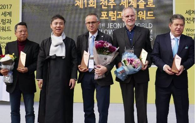 World Slowness Forum: Jeonju mayor Seung-Su Kim (second on left) presents the winners including Katoomba Cittaslow's Nigel Bell second from right.
